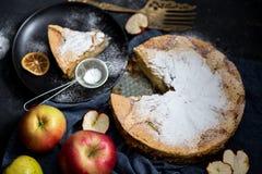 jabłkowe ciasto domowej roboty Jabłczanego kulebiaka tarta, składniki i cynamon na nieociosanym drewnianym tle, - jabłka Fotografia Royalty Free