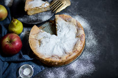 jabłkowe ciasto domowej roboty Jabłczanego kulebiaka tarta, składniki i cynamon na nieociosanym drewnianym tle, - jabłka Zdjęcie Royalty Free