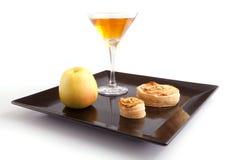 Jabłczanego kulebiaka plasterki z napojem Zdjęcie Stock