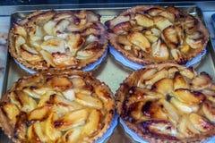 Jabłczani kulebiaki w ciasto sklepu okno w Bruges Belgia Zdjęcie Royalty Free