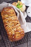 Jabłczany cynamonowy w oddaleniu chleb Zdjęcia Royalty Free
