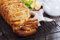 Jabłczany cynamonowy w oddaleniu chleb Obraz Stock