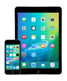 Jabłczany iPad powietrze 2 i iPhone 5s z iOS 9 na pokazach Zdjęcie Royalty Free