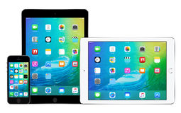 Jabłczany iPhone 5s i dwa Apple iPad powietrze 2 z iOS 9 na pokazach Zdjęcie Royalty Free