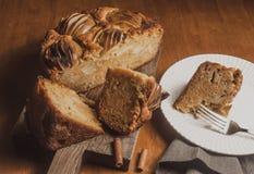 Jabłczany kulebiak na drewnianym biurku Obrazy Royalty Free