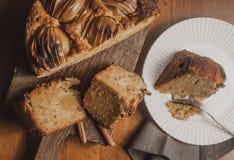 Jabłczany kulebiak na drewnianym stole Obrazy Stock