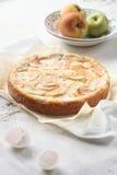 Jabłczany kulebiak na lekkim tle Obrazy Stock