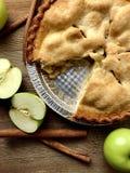 Jabłczany kulebiak na nieociosanej drewno powierzchni Fotografia Royalty Free