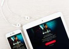 Jabłczany muzyczny zastosowanie na pokazie iphone i ipad Obrazy Royalty Free