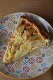 Jabłczany tort na kolorowym talerzu Obraz Royalty Free