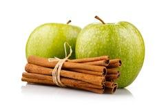 jabłek cynamonu zieleni odosobneni dojrzali kije Zdjęcia Royalty Free