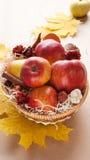 jabłek kosza wicker Zdjęcie Stock