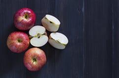 Jabłka dla zdrowie na drewnianym tle Obraz Royalty Free