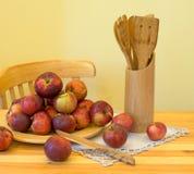 Jabłka i drewniani naczynia Obraz Royalty Free