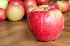 Jabłka na Drewnianym Brown Stole Zdjęcie Royalty Free