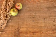 Jabłka na drewnianym tle zdjęcia stock