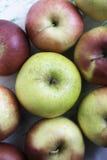 Jabłka na drewnianym tle Zdjęcie Royalty Free