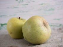Jabłka na drewnianym tle Obraz Stock