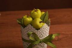 Jabłka na drewno stole zdjęcia royalty free