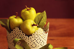 Jabłka na drewno stole fotografia royalty free
