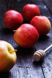 Jabłka na stole Zdjęcia Royalty Free