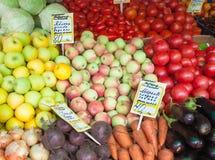 Jabłka, pomidory, marchewki, buraki przy Jarzynowym jarmarku kontuarem Zdjęcie Royalty Free