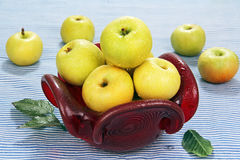 Jabłka w czerwonej szklanej wazie. Obraz Stock