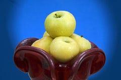 Jabłka w czerwonej szklanej wazie. Fotografia Royalty Free