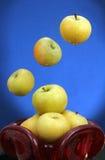 Jabłka w czerwonej szklanej wazie. Zdjęcia Royalty Free