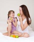 jabłko córka je matki Zdjęcia Stock