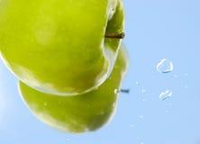 jabłko kropli wody. Zdjęcie Royalty Free