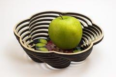 Jabłko w drewnianym naczyniu zdjęcie stock