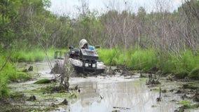 Jab?rovsk, Rusia - 5 de agosto de 2018: Conduzca ATV a trav?s de pantano, del agua, del fango y del fango C?mara lenta metrajes
