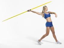 Jabalina de Preparing To Throw del atleta de sexo femenino Fotos de archivo libres de regalías
