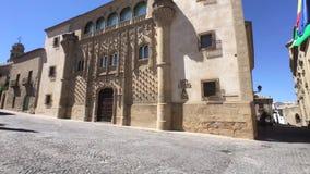 Jabalquinto παλάτι με τη Romanesque εκκλησία Santa Cruz στο οπίσθιο τμήμα, Baeza, Jae'n επαρχία, Ανδαλουσία, Ισπανία φιλμ μικρού μήκους