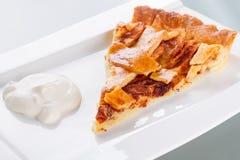 Jabłczany tarta i śmietanka na talerzu Obraz Royalty Free