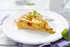Jabłczany tarta na białym talerzu Obraz Royalty Free