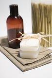 Jabón y toallas del BALNEARIO Imágenes de archivo libres de regalías