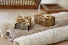 Jabones con las toallas y la cesta natural Imagen de archivo libre de regalías