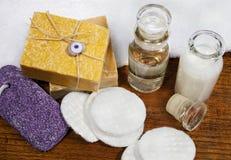 Jabones y productos naturales del skincare fotografía de archivo libre de regalías