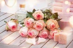 Jabones y rosas aromáticos hechos a mano de los productos del balneario Imágenes de archivo libres de regalías