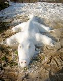 Jacaré da escultura de neve na neve branca foto de stock royalty free