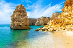 Jacaranda Praya de Marinha la plupart d'arbre pourpre iBeautiful de belle plage contre le bâtiment blanc et le ciel bleu, Faro, A photographie stock libre de droits