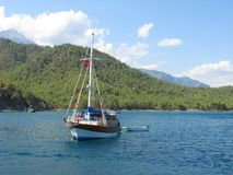 Jachtów stojaki w ustronnej zatoce w turecczyźnie Śródziemnomorskiej Obrazy Royalty Free
