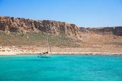 Jacht łódź w pięknej tropikalnej lagunie Zdjęcie Stock