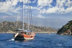 Jacht żegluje między wyspami w morzu egejskim Zdjęcia Stock