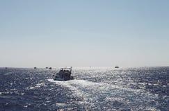 Jacht żegluje na błękitnym morzu Fotografia Royalty Free
