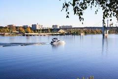 Jacht żegluje wzdłuż rzeki wzdłuż miasta zdjęcie stock
