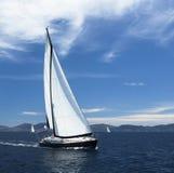 Jacht żegluje z pięknym bezchmurnym niebem Luksusowy jacht Fotografia Royalty Free