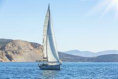 Jacht żegluje z pięknym niebem Luksusowy jacht Obraz Stock